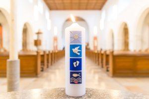 chrzcielnica stojąca w centrum uwagi wiernych